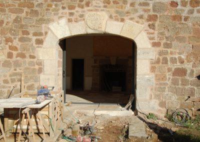 Ouverture dans un mur en pierre